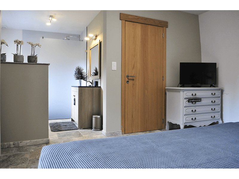 Ardennen4all_Chalet_Jolie_master_bedroom_open_badkamer.png